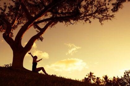 Frau unter Baum