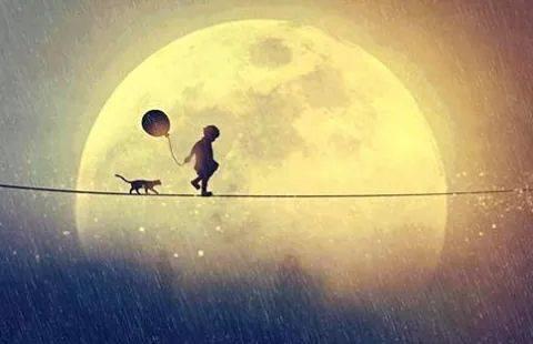 Kind vor Mond