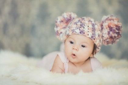 Baby mit Ohrenmmütze