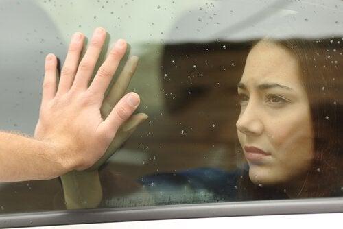 Frau an Autofenster