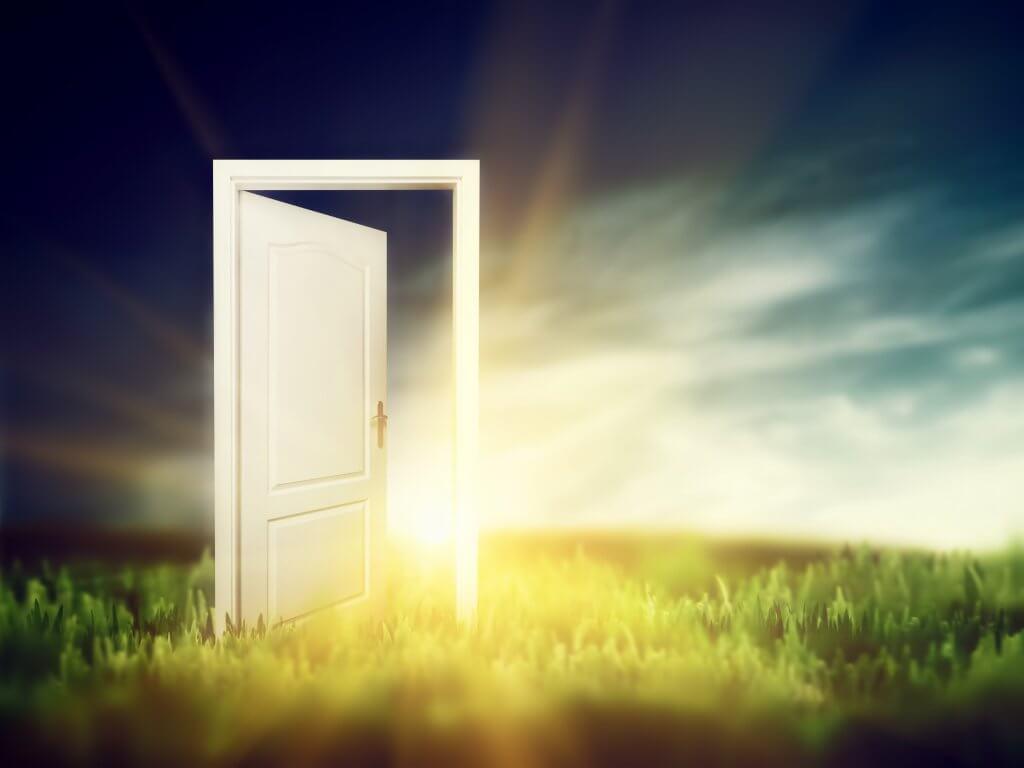 Eine Tür öffnet sich für uns, wenn wir einen Reifeprozess abschließen.