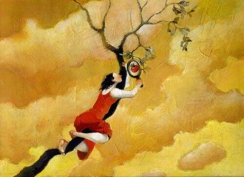 Frau auf Apfelbaum mit Lupe