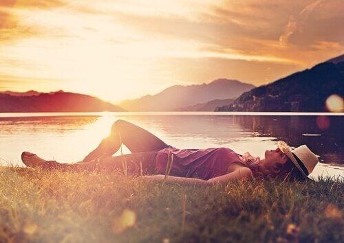 Frau entspannt sich an einem See