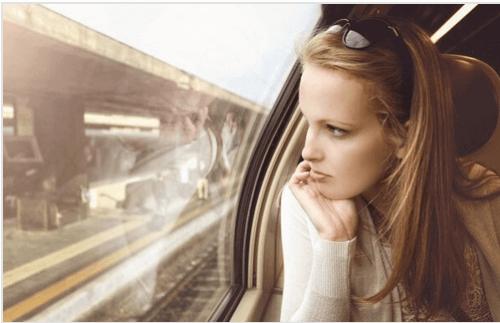 Junges-Maedchen-schaut-aus-Zugfenster