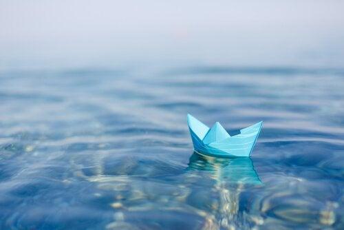Papierschiff im Wasser