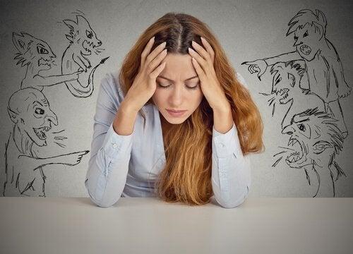 Frustrierte Menschen urteilen gern über andere