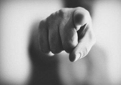 Anklage mit Zeigefinger