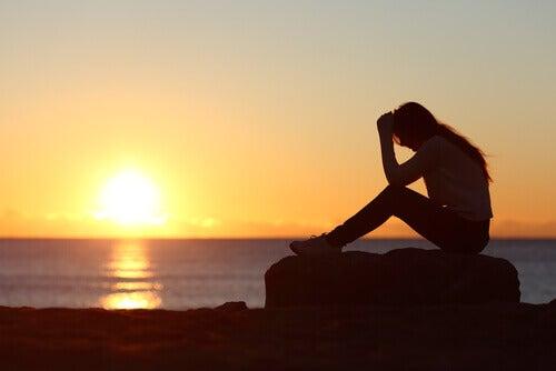 Frau auf Felsen Sonnenuntergang