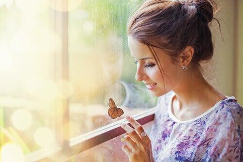 Frau beobachtet Schmetterling