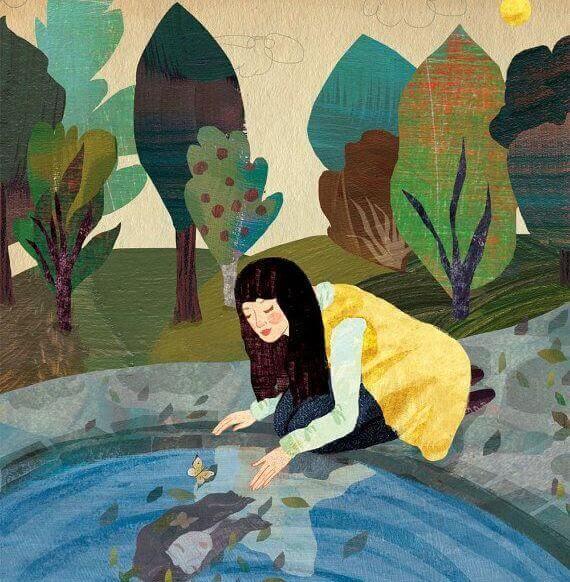 Frau-betrachtet-Spiegelbild-im-Wasser
