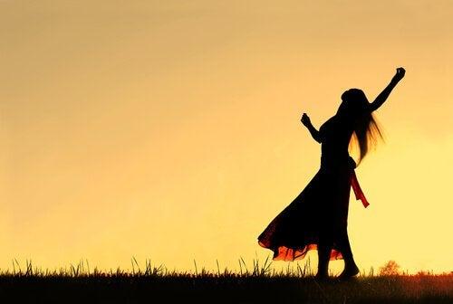 Frau-dankt-Sonnenaufgang