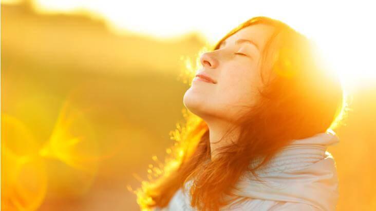 Frau genießt Sonne