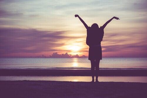 Frau genießt ihr Leben ohne Angst