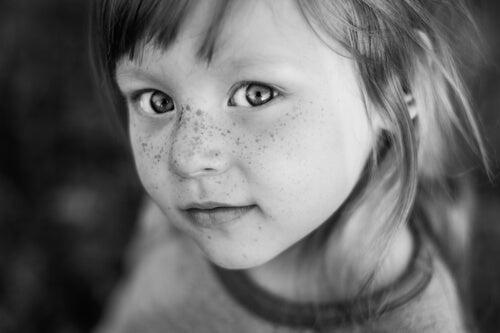 Gesicht-eines-huebschen-Kindes