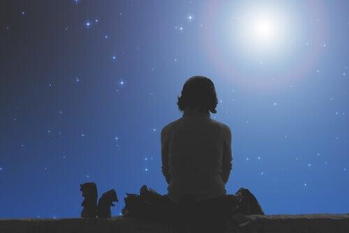 Junge schaut zum Mond hinauf