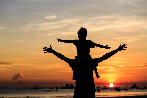 Kind-auf-Schultern-Vater-Strand