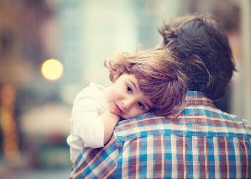 Kind-auf-dem-Arm-des-Vaters