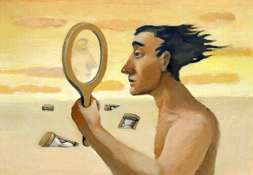 Mann sieht sich im Spiegel
