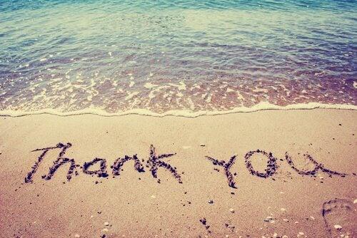Wort-Danke-geschrieben-am-Strand