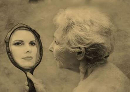 Alte-Frau-schaut-in-Spiegel