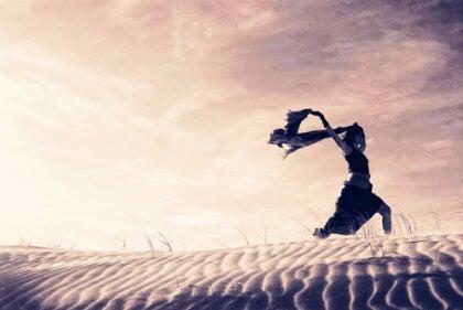 Frau auf einer Sandduene