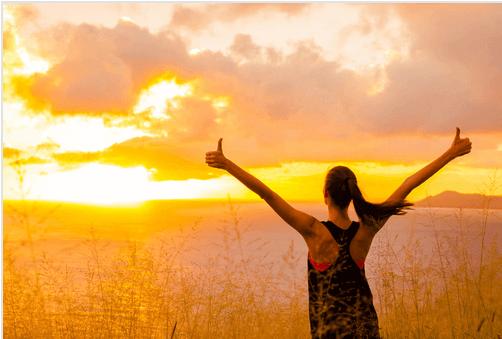 Frau bei Sonnenaufgang