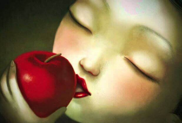Frau-beisst-in-roten-Apfel