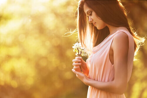 Frau betrachtet Blume