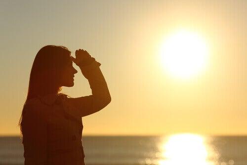 Frau betrachtet Sonnenuntergang