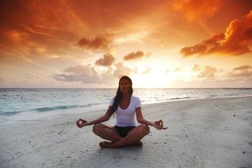 Frau-im-Lotussitz-am-Strand-meditiert
