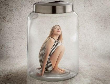 Frau in Glas