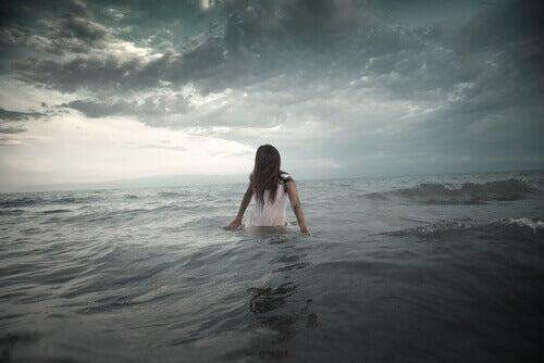Frau in stuermischem Meer