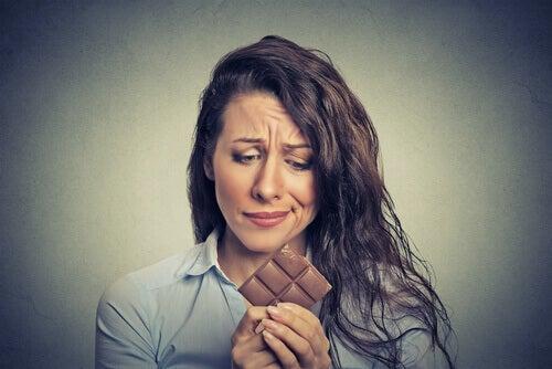 Frau mit einer Schokoladentafel in der Hand
