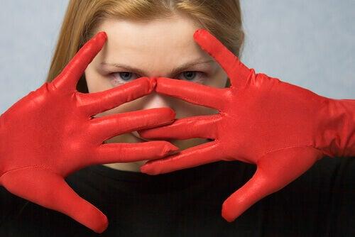 Frau mit roten Handschuhen