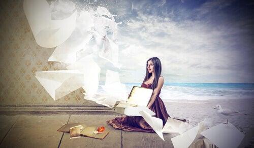 Frau stellt sich Strand vor
