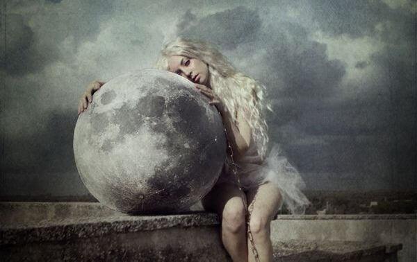 Frau-umarmt-den-Mond