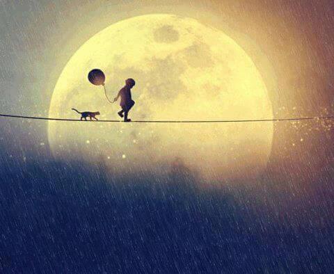 Kind laeuft mit Katze im Mond