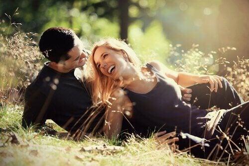 Paar lachend in der Wiese