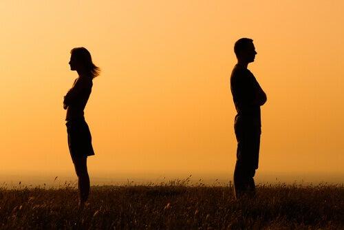 Paar-mit-zugewandtem-Ruecken-Distanz