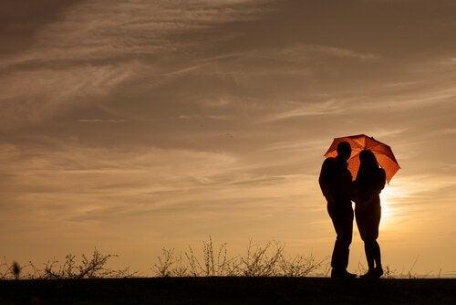 Paar unter Regenschirm