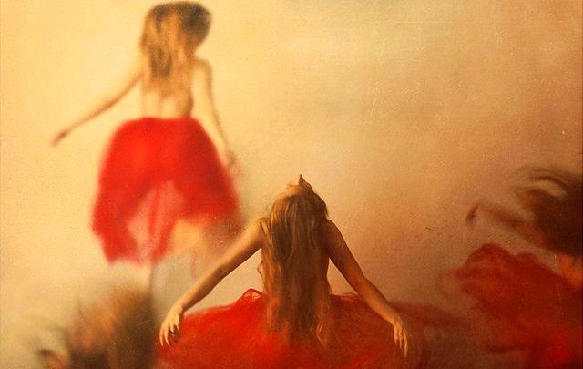 Taenzerinnen-in-rotem-Kleid