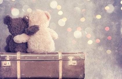 Teddys umarmen sich