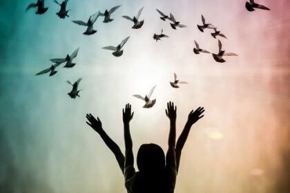 Vier Arme und Tauben