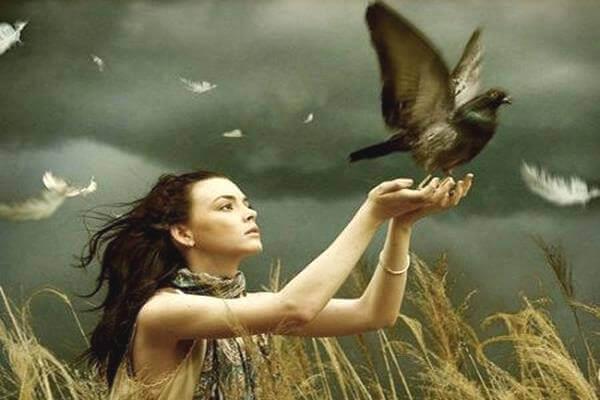 Frau-laesst-Vogel-fliegen