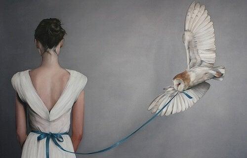 Frau-mit-fliegender-Eule