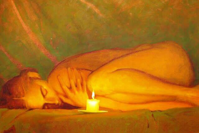 Frau-ruht-vor-Kerze