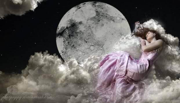 Frau-schwebt-auf-Wolken