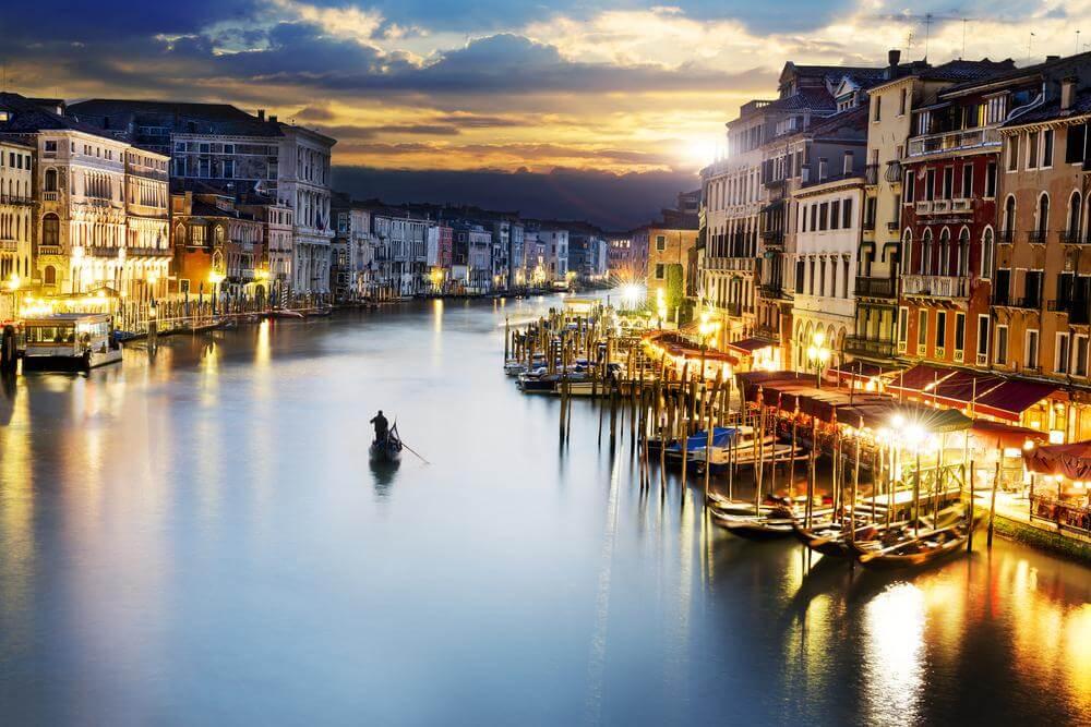 Gondeln im Hafen am Abend