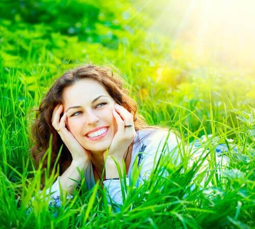 Lachende Frau auf Wiese