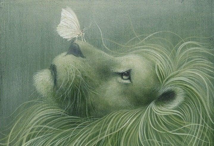 Loewe mit Schmetterling